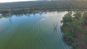 Εναέρια άποψη της βάρκας σκι στον ποταμό Αυστραλία Murray απόθεμα βίντεο