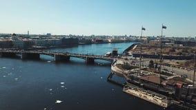 Εναέρια άποψη της γέφυρας της Άγιος-Πετρούπολης πέρα από τον ποταμό Neva και των κινούμενων αυτοκινήτων ενάντια στο μπλε ουρανό r απόθεμα βίντεο