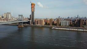 Εναέρια άποψη της γέφυρας και της περιοχής του Μανχάταν στη Νέα Υόρκη, Αμερική Κηφήνας που ανοίγει την ακτή του ανατολικού ποταμο απόθεμα βίντεο