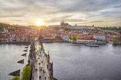 Εναέρια άποψη της γέφυρας και του Κάστρου της Πράγας του Charles Στοκ Φωτογραφία