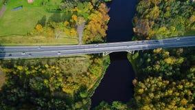 Εναέρια άποψη της γέφυρας πέρα από τον ποταμό απόθεμα βίντεο