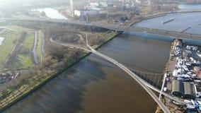 Εναέρια άποψη της γέφυρας πεζών και ποδηλατών πέρα από το κανάλι απόθεμα βίντεο