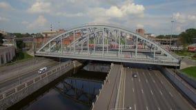 Εναέρια άποψη της γέφυρας σιδηροδρόμων πέρα από τον ποταμό απόθεμα βίντεο