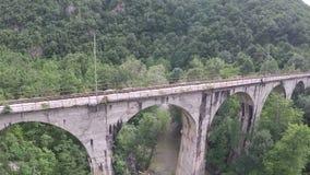 Εναέρια άποψη της γέφυρας σιδηροδρόμων απόθεμα βίντεο