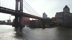 Εναέρια άποψη της γέφυρας του Μανχάταν Κηφήνας που πετά πέρα από τον ανατολικό ποταμό στη Νέα Υόρκη στην Αμερική, άποψη στα κτήρι φιλμ μικρού μήκους