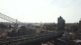Εναέρια άποψη της γέφυρας του Μανχάταν στην περιοχή του Μπρούκλιν Κηφήνας που πετά πέρα από τον ανατολικό ποταμό στη Νέα Υόρκη, Α φιλμ μικρού μήκους