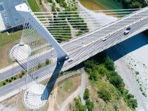 Εναέρια άποψη της γέφυρας χιλιετίας πέρα από τον ποταμό Moraca σε Podgorica Στοκ φωτογραφία με δικαίωμα ελεύθερης χρήσης