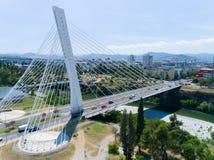 Εναέρια άποψη της γέφυρας χιλιετίας πέρα από τον ποταμό Moraca σε Podgorica Στοκ Εικόνα