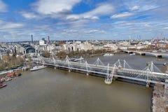 Εναέρια άποψη της γέφυρας Hungerford και των χρυσών γεφυρών ιωβηλαίου πέρα από τον ποταμό Τάμεσης στο Λονδίνο, Αγγλία, UK Στοκ φωτογραφία με δικαίωμα ελεύθερης χρήσης