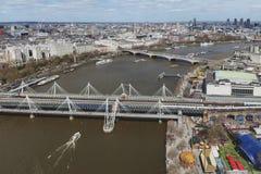 Εναέρια άποψη της γέφυρας Hungerford και των χρυσών γεφυρών ιωβηλαίου πέρα από τον ποταμό Τάμεσης στο Λονδίνο, Αγγλία, UK Στοκ Φωτογραφίες