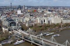 Εναέρια άποψη της γέφυρας Hungerford και των χρυσών γεφυρών ιωβηλαίου πέρα από τον ποταμό Τάμεσης στο Λονδίνο, Αγγλία, UK Στοκ εικόνα με δικαίωμα ελεύθερης χρήσης