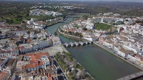 Εναέρια άποψη της γοητείας Ταβίρα με τη ρωμαϊκή γέφυρα, Αλγκάρβε, Πορτογαλία φιλμ μικρού μήκους