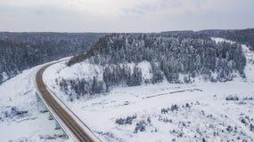 Εναέρια άποψη της εθνικής οδού που περνά από τα όμορφα χιονισμένα τοπία στοκ φωτογραφία με δικαίωμα ελεύθερης χρήσης