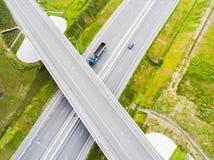 Εναέρια άποψη της εθνικής οδού στην πόλη Αυτοκίνητα που διασχίζουν overpass ανταλλαγής Ανταλλαγή εθνικών οδών με την κυκλοφορία Ε στοκ φωτογραφία με δικαίωμα ελεύθερης χρήσης