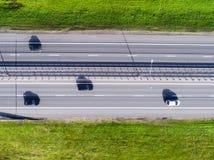 Εναέρια άποψη της εθνικής οδού στην πόλη Αυτοκίνητα που διασχίζουν overpass ανταλλαγής Ανταλλαγή εθνικών οδών με την κυκλοφορία Ε στοκ εικόνες με δικαίωμα ελεύθερης χρήσης