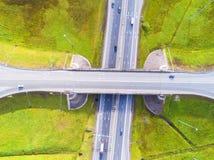 Εναέρια άποψη της εθνικής οδού στην πόλη Αυτοκίνητα που διασχίζουν overpass ανταλλαγής Ανταλλαγή εθνικών οδών με την κυκλοφορία Ε στοκ εικόνα με δικαίωμα ελεύθερης χρήσης
