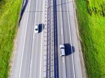 Εναέρια άποψη της εθνικής οδού στην πόλη Αυτοκίνητα που διασχίζουν overpass ανταλλαγής Ανταλλαγή εθνικών οδών με την κυκλοφορία Ε στοκ εικόνες
