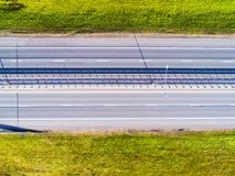 Εναέρια άποψη της εθνικής οδού στην πόλη Αυτοκίνητα που διασχίζουν overpass ανταλλαγής Ανταλλαγή εθνικών οδών με την κυκλοφορία Ε στοκ φωτογραφίες με δικαίωμα ελεύθερης χρήσης