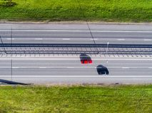 Εναέρια άποψη της εθνικής οδού στην πόλη Αυτοκίνητα που διασχίζουν overpass ανταλλαγής Ανταλλαγή εθνικών οδών με την κυκλοφορία Ε στοκ εικόνα