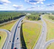 Εναέρια άποψη της εθνικής οδού στην πόλη Αυτοκίνητα που διασχίζουν overpass ανταλλαγής Ανταλλαγή εθνικών οδών με την κυκλοφορία Φ στοκ φωτογραφία