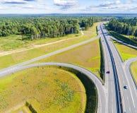 Εναέρια άποψη της εθνικής οδού στην πόλη Αυτοκίνητα που διασχίζουν overpass ανταλλαγής Ανταλλαγή εθνικών οδών με την κυκλοφορία Φ στοκ εικόνες