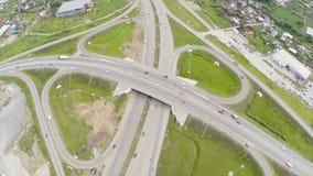 Εναέρια άποψη της εθνικής οδού στην πόλη συνδετήρας Αυτοκίνητα που διασχίζουν overpass ανταλλαγής Ανταλλαγή εθνικών οδών με την κ στοκ εικόνες με δικαίωμα ελεύθερης χρήσης