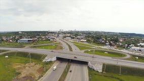 Εναέρια άποψη της εθνικής οδού στην πόλη συνδετήρας Αυτοκίνητα που διασχίζουν overpass ανταλλαγής Ανταλλαγή εθνικών οδών με την κ στοκ φωτογραφία