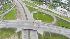 Εναέρια άποψη της εθνικής οδού στην πόλη συνδετήρας Αυτοκίνητα που διασχίζουν overpass ανταλλαγής Ανταλλαγή εθνικών οδών με την κ στοκ εικόνες
