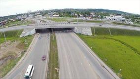 Εναέρια άποψη της εθνικής οδού στην πόλη συνδετήρας Αυτοκίνητα που διασχίζουν overpass ανταλλαγής Ανταλλαγή εθνικών οδών με την κ στοκ φωτογραφία με δικαίωμα ελεύθερης χρήσης