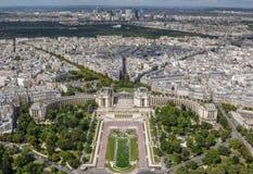 Εναέρια άποψη της εικονικής παράστασης πόλης του Παρισιού που χαρακτηρίζει τους κήπους Trocadero στο πρώτο πλάνο Στοκ Φωτογραφίες