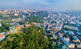 Εναέρια άποψη της εκκλησίας Αγίου Andrew και κάθοδος Andriyivskyy, εικονική παράσταση πόλης Podil Κίεβο, Ουκρανία Στοκ Φωτογραφίες