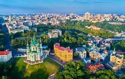 Εναέρια άποψη της εκκλησίας Αγίου Andrew και κάθοδος Andriyivskyy, εικονική παράσταση πόλης Podil Κίεβο, Ουκρανία στοκ εικόνες με δικαίωμα ελεύθερης χρήσης