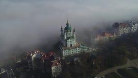 Εναέρια άποψη της εκκλησίας του ST Andrew νωρίς το πρωί στην ομίχλη, Κίεβο, Ουκρανία φιλμ μικρού μήκους