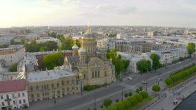 Εναέρια άποψη της εκκλησίας υπόθεσης και του αναχώματος του ποταμού Neva στην Πετρούπολη το βράδυ στο ηλιοβασίλεμα απόθεμα βίντεο