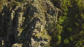 Εναέρια άποψη της ελεύθερης αναρρίχησης ορειβατών σόλο στους απότομους βράχους μόνο Το άτομο αναρριχείται στο βράχο χωρίς το λουρ απόθεμα βίντεο
