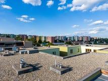 Εναέρια άποψη της επίπεδης στέγης σπιτιών στο residental κτήριο Σύγχρονο εξωτερικό αρχιτεκτονικής Συστήματα και εξαερισμός κλιματ στοκ φωτογραφία με δικαίωμα ελεύθερης χρήσης