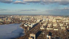 Εναέρια άποψη της ευρωπαϊκής πόλης με το φωτεινό ήλιο φιλμ μικρού μήκους