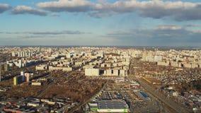 Εναέρια άποψη της ευρωπαϊκής πόλης με το φωτεινό ήλιο απόθεμα βίντεο