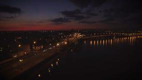 Εναέρια άποψη της ευρωπαϊκής πόλης τη νύχτα με τα αυτοκίνητα απόθεμα βίντεο