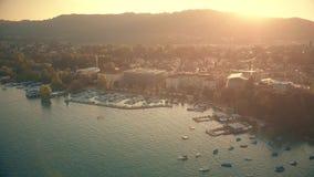 Εναέρια άποψη της ηλιοφώτιστης εικονικής παράστασης πόλης της Ζυρίχης το βράδυ, Ελβετία απόθεμα βίντεο