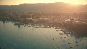 Εναέρια άποψη της ηλιοφώτιστης εικονικής παράστασης πόλης της Ζυρίχης το βράδυ, Ελβετία στοκ εικόνα