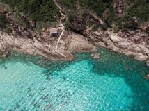 Εναέρια άποψη της θάλασσας και της φανταστικής δύσκολης ακτής στοκ εικόνα με δικαίωμα ελεύθερης χρήσης