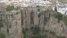 Εναέρια άποψη της ιστορικών γέφυρας και της πόλης Puente Nuevo απόθεμα βίντεο