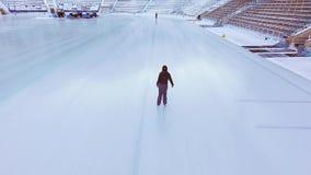 Εναέρια άποψη της κάνοντας πατινάζ γυναίκας πάγου υπαίθριας, αίθουσα παγοδρομίας Medeo πάγου απόθεμα βίντεο