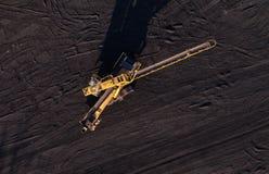 Εναέρια άποψη της κίνησης της ζώνης με έναν σωρό του άνθρακα δίπλα στον άνθρακα Στοκ εικόνα με δικαίωμα ελεύθερης χρήσης