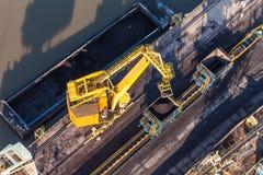 Εναέρια άποψη της κίνησης του γερανού με έναν σωρό του άνθρακα δίπλα στον άνθρακα Στοκ φωτογραφίες με δικαίωμα ελεύθερης χρήσης