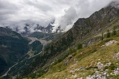 Εναέρια άποψη της κοιλάδας Anzasca, στο πόδι του υποστηρίγματος Rosa, με τα χαρακτηριστικά χωριά Macugnaga Staffa - Pecetto και στοκ εικόνες