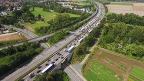 Εναέρια άποψη της κυκλοφοριακής συμφόρησης σε μια εθνική οδό, μήκος σε πόδηα κηφήνων φιλμ μικρού μήκους