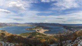 Εναέρια άποψη της λίμνης πόλεων και της Ορεστιάδας της Καστοριάς στοκ φωτογραφίες