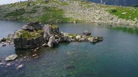 Εναέρια άποψη της λίμνης στα βουνά απόθεμα βίντεο